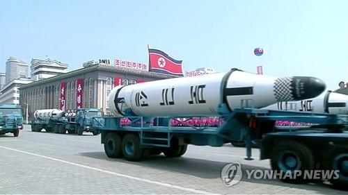 """这是朝鲜在阅兵式上首度公开的""""北极星1型""""潜射导弹。图片仅限韩国国内使用,严禁转载复制。(韩联社/朝鲜中央电视台)"""