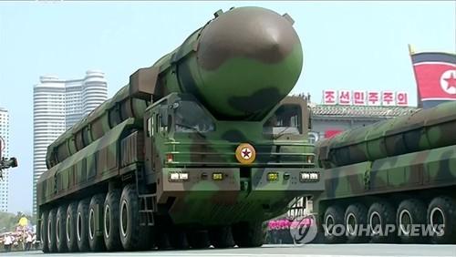 La Corée du Nord exhibe le samedi 15 avril 2017 un missile semblant être un nouveau missile balistique intercontinental (ICBM) lors de son grand défilé militaire organisé sur la place Kim Il-sung à Pyongyang à l'occasion du 105e anniversaire de ce dernier, défunt fondateur de la Corée du Nord. (Utilisation en Corée du Sud uniquement et redistribution interdite)