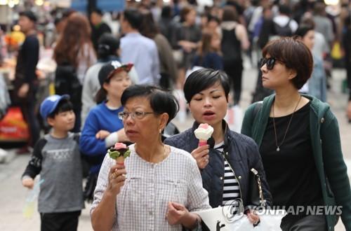 ソウルの繁華街、明洞を歩く外国人観光客(資料写真)=(聯合ニュース)