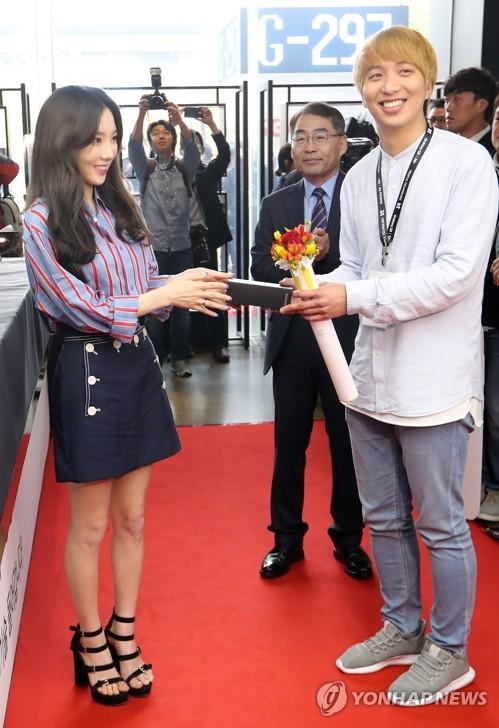 Le premier abonné du nouveau smartphone de Samsung Electronics Co., le Galaxy S8, reçoit son appareil des mains de Taeyeon, membre du girls band Girls&apos; Generation, durant un événement de prévente de ce produit phare le mardi 18 avril 2017, à KT Square à Gwanghwamun, dans le centre de Séoul. Le lancement officiel du Galaxy S8 est prévu pour le 21 avril. </p><p>(Yonhap)