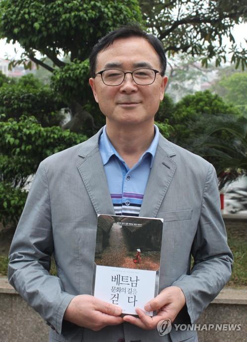 인터뷰하는 박낙종 전 주베트남 한국문화원장