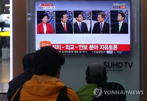 大統領選候補によるテレビ討論を見つめる市民=(聯合ニュース)