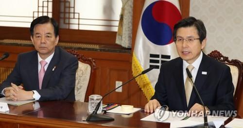 El presidente en funciones y primer ministro de Corea del Sur, Hwang Kyo-ahn (dcha.), en una reunión del Gabinete ministerial celebrada, el 20 de abril del 2017, en Seúl.