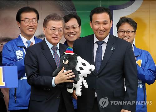 한국 썰매 개척자인 강광배 한국체대 교수(오른쪽)
