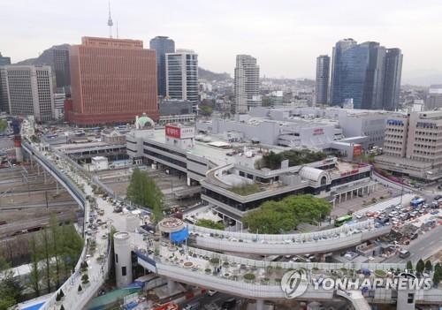 南大門市場から近い「ソウル路7017」。自動車専用の高架道路だったが歩行者専用に改修された。20日に開通する=(聯合ニュース)