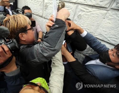 멱살 잡힌 박정희 흉상