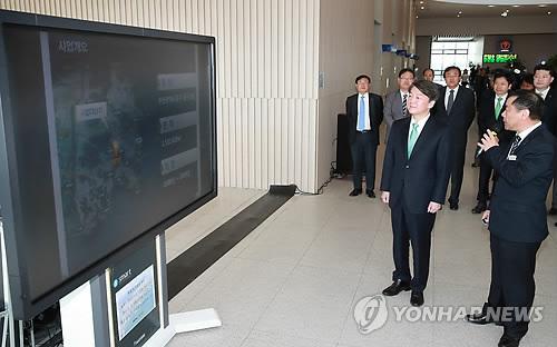 부산 북항 재개발 현장 보고 받는 안철수