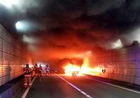 광안터널 달리던 승용차에 불…120여명 긴급대피