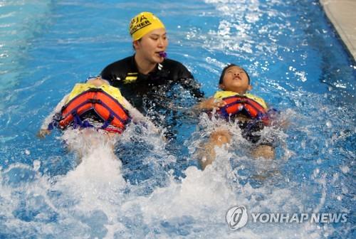 초등학생 생존수영 교육[연합뉴스 자료사진]
