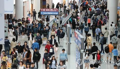 仁川国際空港から出国する海外旅行客(資料写真)=(聯合ニュース)