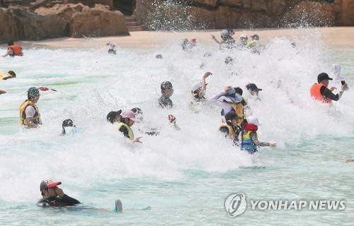 때 이른 물놀이 [연합뉴스 자료 사진]