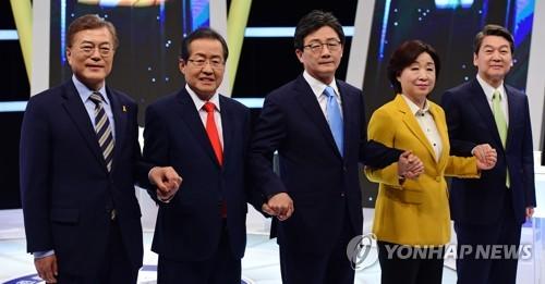 2日に行われたテレビ討論に出席した文在寅氏(左から)、洪準杓氏、劉承ミン氏、沈相ジョン氏、安哲秀氏=(聯合ニュース)