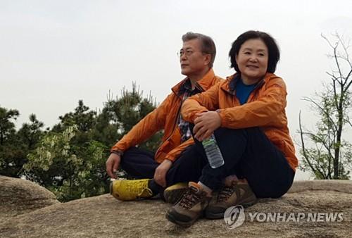 Moon Jae-in et son épouse à la montagne après avoir voté