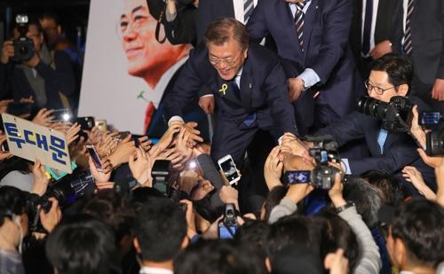 الرئيس المنتخب مون جيه إن يصافح الشعب