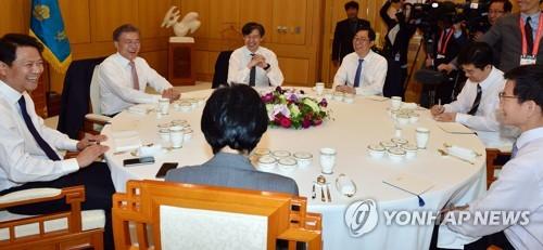 11日に開かれた文大統領と秘書官の昼食会の様子=(聯合ニュース)