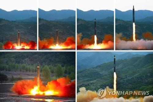 Le quotidien officiel nord-coréen Rodong Sinmun a rapporté le lundi 15 mai 2017 que la Corée du Nord a réussi un test de Hwasong-12, missile balistique sol-sol de portée intermédiaire, qui a été effectué la veille. (Utilisation en Corée du Sud uniquement et redistribution interdite)