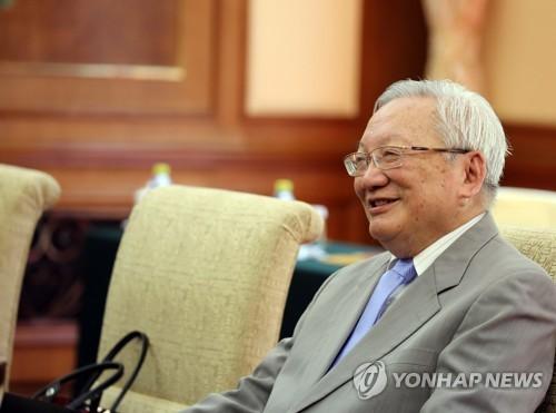 5月15日,在北京钓鱼台,中国前国务院唐家璇会朴炳锡一行。(韩联社)