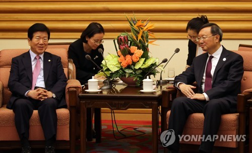 Le député Park Byeong-seug (à gauche) du parti au pouvoir, le Parti démocrate de Corée, qui dirige la délégation sud-coréenne du forum «Une ceinture et une route» pour la coopération internationale s'entretient avec le conseiller des affaires de l'Etat de la Chine, Yang Jiechi, le lundi 15 mai 2017, à Pékin.