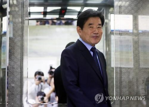 조심스레 미소짓는 김진표 의원