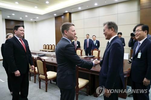 Le président Moon Jae-in échange une poignée de main avec le directeur pour l'Asie de l'Est au Conseil de sécurité nationale (NSC) des Etats-Unis, Matt Pottinger, le mardi 16 mai 2017 au palais présidentiel Cheong Wa Dae, lors d'une rencontre avec la délégation américaine venue à Séoul pour préparer le sommet Corée du Sud-Etats-Unis. © Cheong Wa Dae