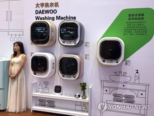 图为亮相2017上海家电展的大宇电子壁挂式迷你滚筒洗衣机。(韩联社/东部大宇电子提供)