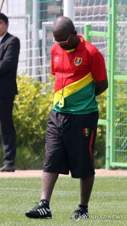 훈련 지켜보는 기니 만주 디알로 감독