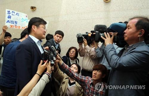 '부산소녀상 조례' 상정보류 설명하는 이진수 위원장