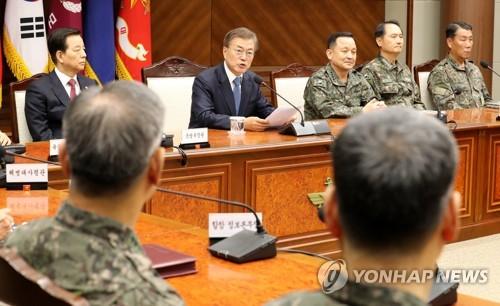 国防部を訪れ、全軍の指揮官を前に発言する文在寅大統領=17日、ソウル(聯合ニュース)