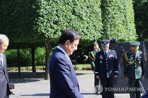 当地时间5月17日,在美国华盛顿,韩国总统特使洪锡炫向韩国战争纪念碑献花后默哀。(韩联社)