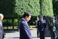 韩总统特使参拜韩战纪念碑