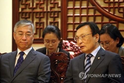 李海瓒(右)与邱国洪(韩联社/北京联合采访团)