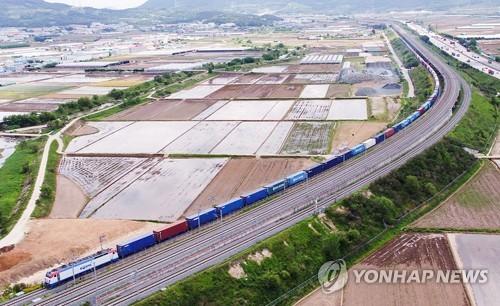 17日に試験運行を行った韓国最長の貨物列車(コレール提供)=(聯合ニュース)