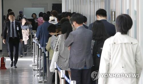 ソウル中央地裁には傍聴希望者の長蛇の列ができた=19日、ソウル(聯合ニュース)