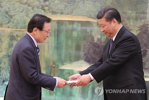 習主席に文大統領の親書を渡す李氏=19日、北京(聯合ニュース)