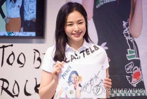 李哈妮现身粉丝签名会