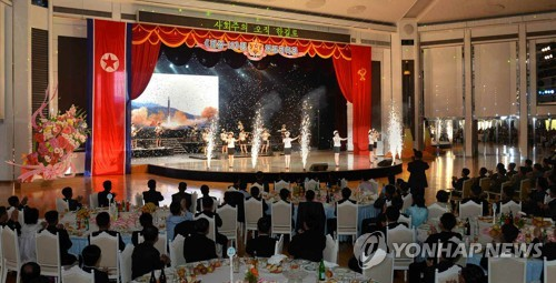 북한 노동당, '화성-12' 미사일 개발자 위한 연회