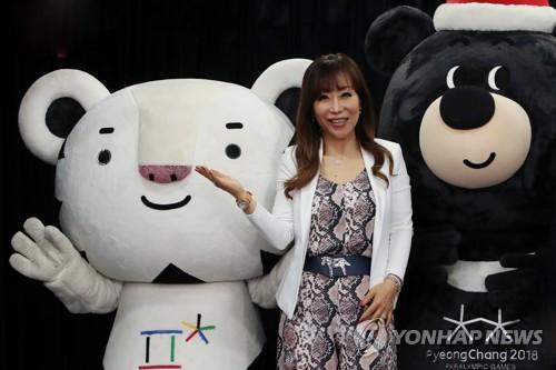 La soprano Sumi Jo pose avec les mascottes des Jeux olympiques d'hiver de PyeongChang 2018 le lundi 22 mai 2017 au Centre de presse, au cœur de Séoul, lors de la cérémonie de nomination en tant qu'ambassadrice de bonne volonté de cet événement sportif.