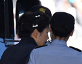 53일만에 '약식 올림머리' 박근혜, 초췌·약간 부은 얼굴(종합)