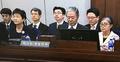 被告席に並んだ朴・崔両被告