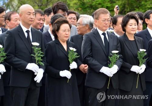 문재인 대통령 '헌화'