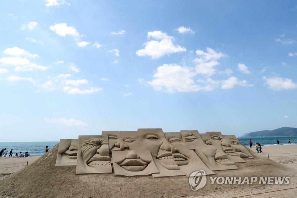 푸른 하늘과 해운대 모래작품 [자료사진]