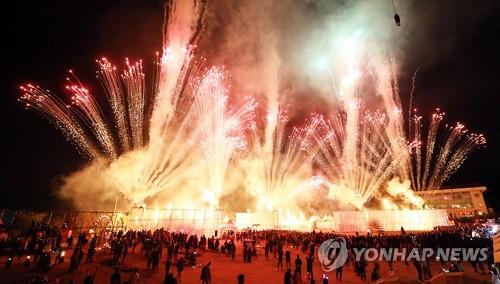 [주말 N 여행] 강원권: 하늘에서 불꽃이 폭포처럼 쏟아진다…춘천 도깨비 난장