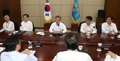 Moon meets with top aides