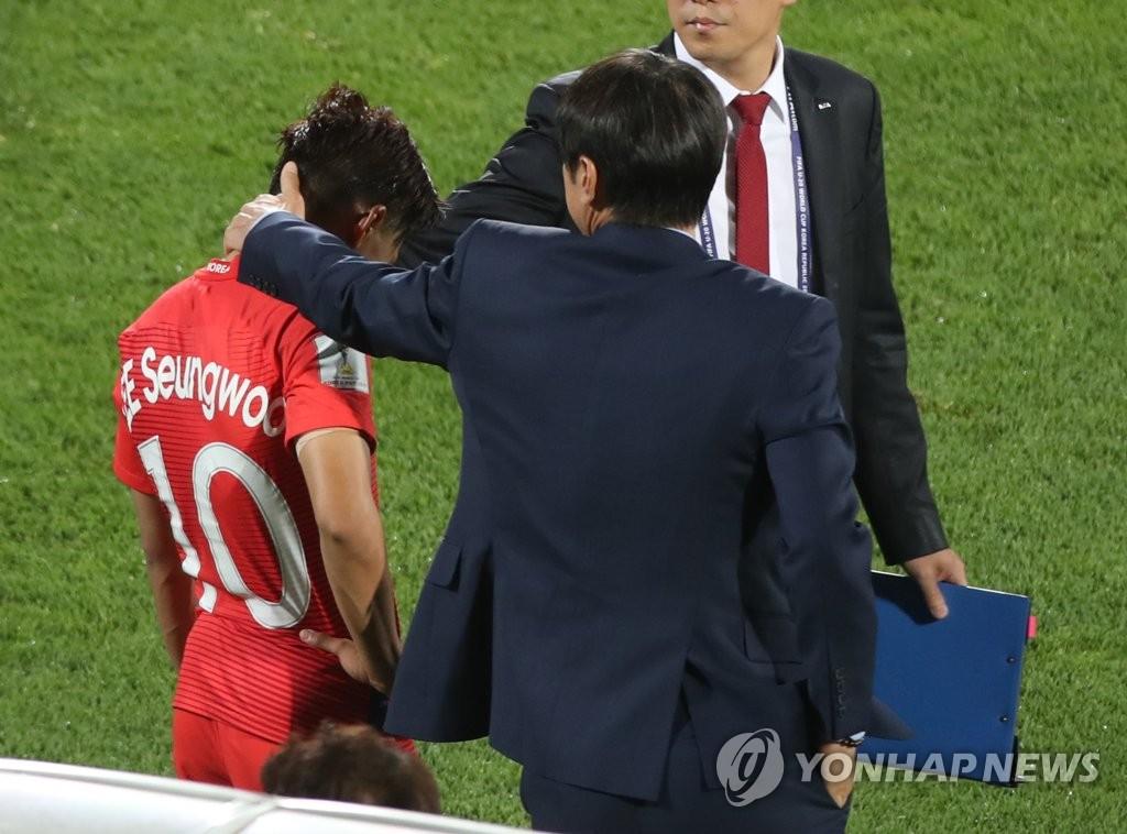 이승우 위로하는 신태용 감독