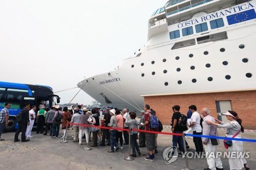 今年5月、大型クルーズ船で江原道・束草を訪れた日本人観光客=(聯合ニュース)