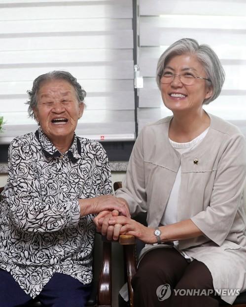 화기애애한 박옥선 할머니와 강경화 후보자