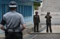 朝鲜军人拍照观察