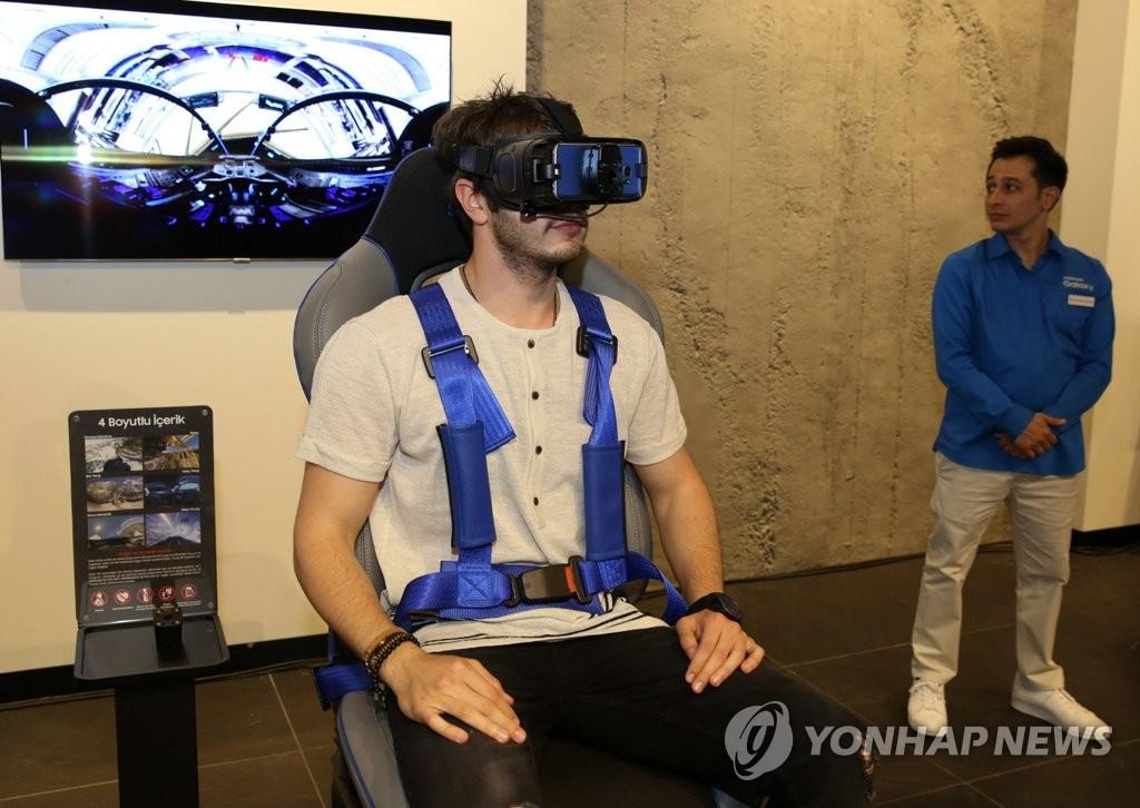 """""""애플스토어보다 생생하게"""" 삼성, 터키서 갤럭시 체험매장 공개"""