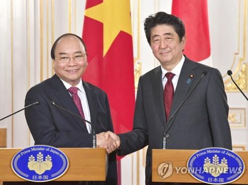악수하는 일본-베트남 정상
