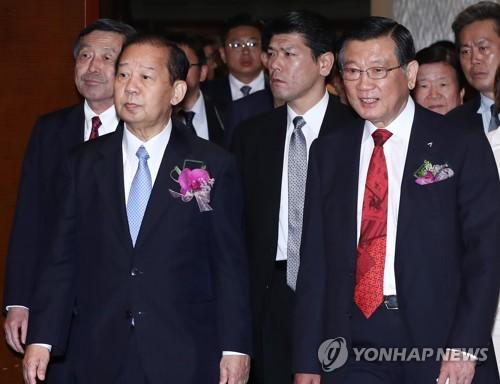 「韓日友好の夕べ」の行事に出席した朴三求会長(右)と自民党の二階俊博幹事長=11日、ソウル(聯合ニュース)